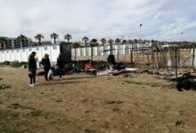 Barletta – Incendiate le tende dei tre senzatetto sulla spiaggia. Un atto vile e disumano. FOTO