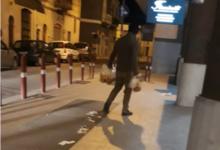Andria – Rovista tra i rifiuti in cerca di cibo e raccoglie cicche per strada: il rischio contagio è elevato. VIDEO