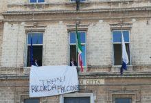 """""""Trani ricorda Falcone"""": esposto un drappo bianco al Comune. VIDEO"""