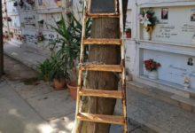 """Barletta – Cimitero invaso da scale, sedie, utensili e recinzioni abusive: """"Quando verranno rimossi?"""". FOTO"""