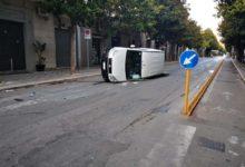 Andria – Violento impatto in pieno centro: si ribalta furgoncino. Due feriti