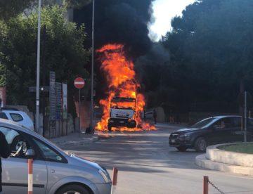 Andria – In fiamme camion della nettezza urbana. Paura in via Corato. VIDEO